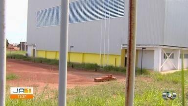 Zé do Bairro vai ao Parque Trindade 1 após denúncia de obra parada de centro esportivo - Local, que fica em Aparecida de Goiânia, poderia estar sendo usado pela comunidade para lazer.