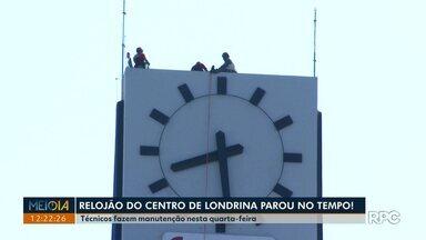 Técnicos fazem manutenção no relógio do centro de Londrina nesta quarta-feira (24) - O relojão, muito tradicional em Londrina, foi instalado nos anos 60 no alto do edifício América.