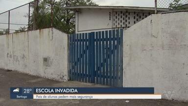Escola tem merenda roubada e pais pedem por segurança em Guarujá - Ladrões invadiram a escola durante o feriado de páscoa e levaram alimentos, torneiras, panelas e computadores.