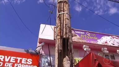 Moradores de Cabo Frio, RJ, reclamam da estrutura de postes nos bairros - A Enel informou que até o fim do mês, vai trocar os postes danificados que mostramos no Peró.