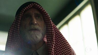 Aziz deduz que Soraia fugiu com Hussein - Ele repara a ausência da esposa entre as mulheres e desconfia