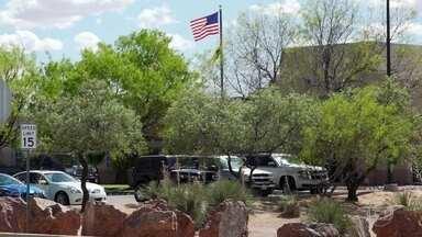 Grupo de americanos cria milícia para patrulhar fronteira com o México por conta própria - Grupo armado já deteve vários imigrantes, inclusive brasileiros, tentando entrar ilegalmente nos Estados Unidos. Fantástico mostra flagrantes.