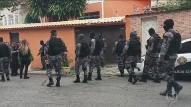 Polícia investiga ação que resultou em 13 mortes no Rio de Janeiro - Policiais da Divisão de Homicídios estão na casa onde foram encontrados corpos depois de uma operação da Polícia Militar.