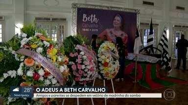 Familiares, amigos e fãs se despedem da cantora Beth Carvalho - O corpo da 'Madrinha do Samba' está sendo velado na sede do Botafogo, seu time de coração. Amigos, fãs e familiares se despediram emocionados da cantora.