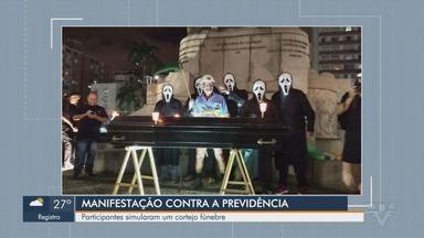 Manifestantes se mobilizam contra a Reforma da Previdência em Santos - Participantes simularam um cortejo fúnebre pela Avenida Ana Costa e terminaram na praia do Gonzaga.
