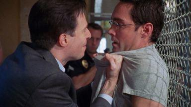 Busca Do Assassino Em Série - A teoria de Dutch sobre um serial killer atacando prostitutas se mostra verdadeira, e ele convence Aceveda a procurá-lo o quanto antes; Julien tenta derrubar Vic por roubar drogas.