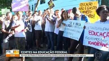 Alunos do Colégio Pedro II protestam contra cortes de verba em visita de Bolsonaro ao Rio - Presidente compareceu nas comemorações de 130 anos do Colégio Militar, que fica em frente à unidade da Tijuca do Colégio Pedro II. Alunos foram as ruas com cartazes e palavras de ordem.