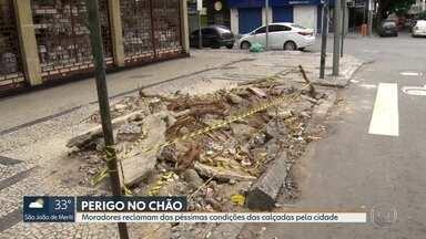 Moradores do Rio enfrentam péssimas condições das calçadas pela cidade - Muitas calçadas ainda estão destruídas do temporal que atingiu a cidade no mês passado. De quem é a responsabilidade pela conservação?