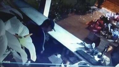 Câmeras flagram assalto a floricultura em Assis - A polícia de Assis está à procura de um homem que furtou uma floricultura da cidade. O circuito de segurança registrou a ação do criminoso, que conseguiu quebrar a porta de vidro e levar o dinheiro do caixa.