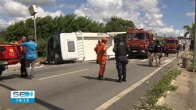 Uma pessoa morre e sete ficam feridas em acidente na BR-235 - Seis veículos se envolveram na batida.