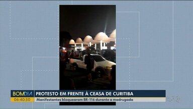 Manifestantes bloquearam a BR-116 durante a madrugada - Protesto foi em frente à Ceasa, em Curitiba.