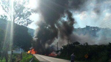 Homem morre após caminhão carregado de combustível tombar em Guararema - O homem dirigia uma carreta carregada com combustível que tombou e explodiu. A vítima vai ser enterrada no Cemitério São Salvador, em Mogi das Cruzes.