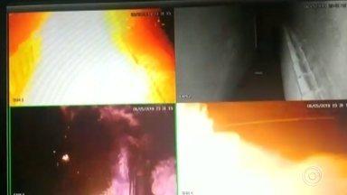 Homem ateia fogo em loja e acaba atingido pelas chamas - Câmeras de segurança registraram um homem ateando fogo na fachada de uma loja de artigos de decoração em Alumínio (SP), na madrugada desta terça-feira (7). Durante o ato de vandalismo, o rapaz é atingido pelas chamas.