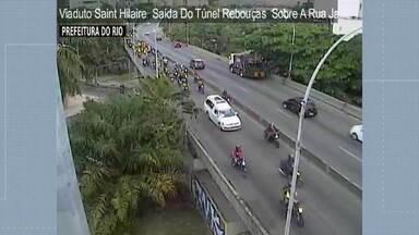 Mototaxistas fazem homenagem a colega assassinado na Rocinha - Dezenas de mototaxistas reuniram para o velório de Joseleno Soares na capela da comunidade. Em seguida, eles acompanharam o carro que levava o corpo do colega até o aeroporto.