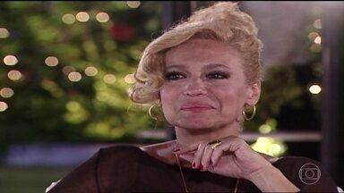 Branca diz que Helena é bastante rodeada por outras pessoas - Helena desconversa e se retira da conversa