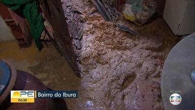 Deslizamento de barreira destrói parte de casa na Zona Sul do Recife - Lama tomou conta da casa e levou móveis de família no bairro do Ibura.