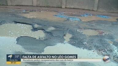 Moradores pedem recapeamento no bairro Léo Gomes em Ribeirão Preto - Vizinhança reclama de buracos, vazamento de água e lixo espalhado pelas ruas.