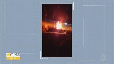 Na capital, carro de um professor foi incendiado em frente a uma escola durante à noite - Segundo testemunhas, um homem quebrou o vidro do veículo do professor e após jogar produto inflamável no interior do carro, ateou fogo e fugiu.