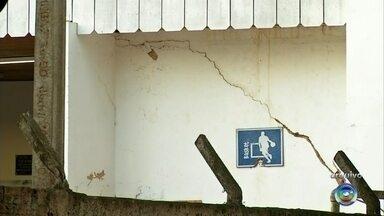 Escola em Angatuba tem sala de aula interditada por causa de rachadura na parede - Uma escola em Angatuba teve uma sala de aula interditada porque tinha rachadura na parede, mofo. Na época o secretário de educação disse que em abril uma licitação seria aberta pra reforma, porém nada mudou.