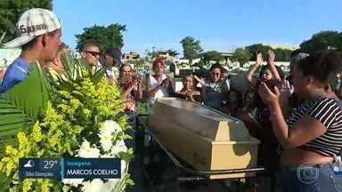 Mototaxista morto na Vila Aliança é enterrado sob protestos - O tiroteio também feriu outras duas pessoas, entre elas, uma criança de 11 anos que está em estado grave.