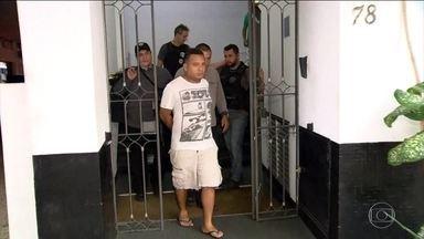 Operação contra roubo de cargas no RJ prende empresário suspeito de receptação - Agentes prenderam mais cinco pessoas. A polícia afirma que a quadrilha mirava carne, cigarro, brinquedos, eletrodomésticos e roupas.