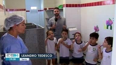 Crianças recebem tratamento dentário nas escolas infantis da Serra, ES - Dentistas vão até as escolas para fazer tratamento contra cáries.