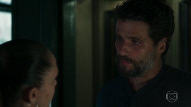 Gabriel questiona Judith sobre Feijão - Valentina desconfia do sumiço do garoto. Luz pede para Feijão contar sua descoberta a Gabriel e Sóstenes fica intrigado com a conversa dos dois