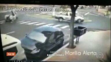 Mulher que atravessava rua com bebê no carrinho é atropelada em Marília (SP) - Ao ser atingida, a mulher ficou caída no chão e o carrinho com o bebê seguiu desgovernado pela rua. Uma pessoa que estava perto conseguiu segurar o carrinho. O motorista que provocou o acidente parou para prestar socorro.