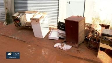 Vazamento de água interdita 5 casas na Brasilândia, na zona norte - Lama invadiu casas de moradores. Sabesp falou que ninguém vai ficar no prejuízo.