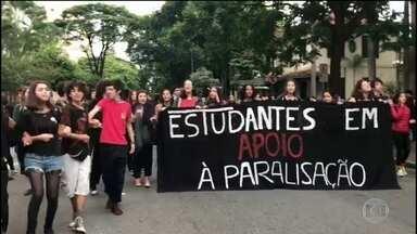 Escolas e universidades públicas fazem paralisação contra bloqueio de verbas - MEC bloqueou 30% da verba de universidades e institutos federais. Escolas e instituições de ensino superior têm paralisação de um dia; até por volta de 8h, ao menos 5 estados tinham protestos.