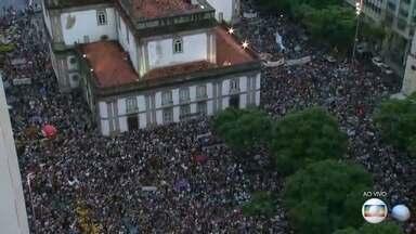 Manifestantes protestam contra corte de verbas da educação no Centro do Rio - Os protestos contra os cortes nas verbas da educação acontecem na frente da Igreja da Candelária nesta quarta-feira (15).