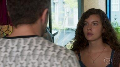Rita é repreendida por demorar no horário de almoço - Serginho conversa com a amiga, mas ela não se preocupa