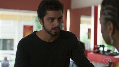 Bruno vai ao salão de Marie e diz que padre Zoran precisa dela com urgência - Laila se preocupa e Bruno explica a situação para Marie