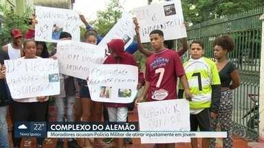 Após a morte do professor, moradores do Alemão acusam PM de atirar injustamente em jovem - Parentes e amigos fizeram protesto silencioso na região do Complexo da Maré após morte de jovem de 22 anos.