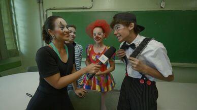 Cris Ikeda se junta a uma trupe de palhaços para uma apresentação especial - O Mais Caminhos de sábado (18), faz uma homenagem aos artistas circenses. E Cris Ikeda se juntou a uma trupe de palhaços, encarnado a personagem 'Sushi' para uma apresentação especial em uma escola de Campinas (SP).