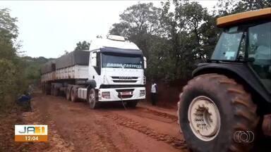 Caminhão é rebocado por tratores após atolar em estrada de chão na TO-020 - Caminhão é rebocado por tratores após atolar em estrada de chão na TO-020