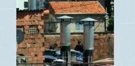 Homem 'fura' medida protetiva, invade restaurante da ex e se esconde em caixa d'água - Vídeo flagra momento em que policiais detiveram suspeito no telhado de restaurante em Fortaleza.