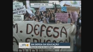 Manifestantes protestam em ato em defesa da educação em Chapecó - Manifestantes protestam em ato em defesa da educação em Chapecó