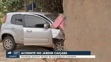 Carro invade casa no Jardim Caiçara, na Capital - Motorista ficou ferida e foi socorrida pelos bombeiros.
