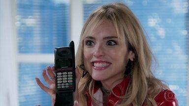 Manuzita mostra o celular que roubou de Jerônimo para João - João diz que vai anotar todos os contatos de Jerônimo