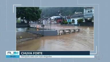 Chuva forte deixa ruas alagadas em Petrópolis, no RJ - Assista a seguir.