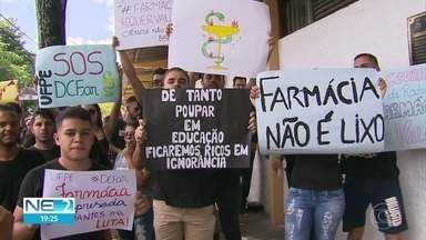 Estudantes de farmácia da UFPE entram em greve por tempo indeterminado - Alunos reivindicam melhorias no departamento do curso.
