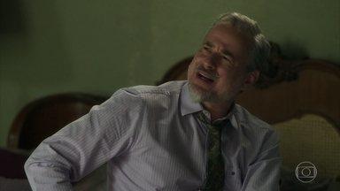 Eurico arma um escândalo ao descobrir que seu dinheiro foi roubado - Marilda finge não saber do que o marido está falando