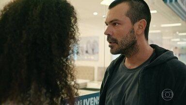 Aline é atacada por Douglas e é socorrida por Carolina e Evandro - No momento do ataque, o casal está escolhendo colchões na loja onde a vítima trabalha