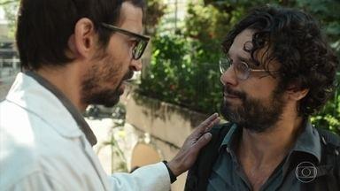 Renan chega ao hospital e diz para Evandro que é o verdadeiro marido de Aline - Carolina não desiste de salvar a vida da paciente