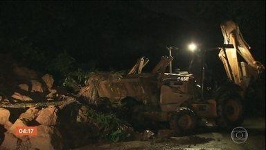 Chuva forte provoca queda de barreira na rodovia Anchieta - A descida para Santos está bloqueada.
