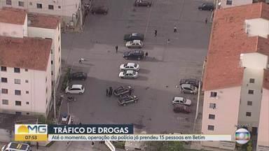 Conjunto habitacional de Betim é alvo de operação contra o tráfico de drogas - Segundo delegados que comandam a operação, quadrilha que também é suspeita de homicídio tomou o local.
