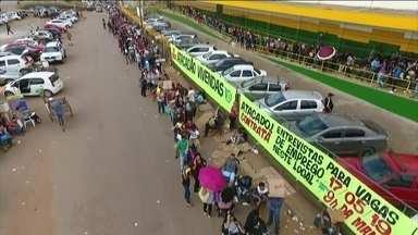 Milhares de pessoas formam fila enorme em busca de emprego em Valparaíso de Goiás - A fila se formou depois que uma rede de atacado abriu 300 vagas para diferentes vagas. Os salários giram em torno de R$1200.