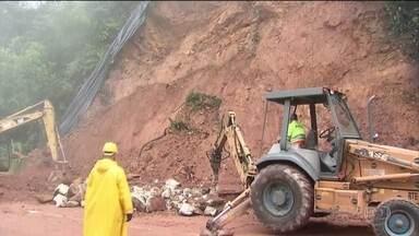 Chuva deixa estragos no estado de São Paulo e interdita rodovias - Rodovia dos Tamoios está fechada há mais de 24 horas, e a Anchieta está interditada na descida para o litoral.