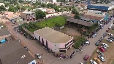 Multidão faz fila gigantesca em Valparaíso de Goiás (GO) em busca por emprego - Supermercado oferece 300 vagas com salário de R$ 1.200 para 4 mil candidatos.